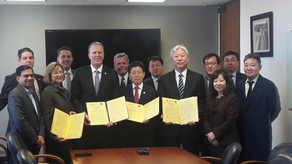 Vice Chancellor for Research Sandra Brown, San Diego Mayor Kevin Faulconer, Ulsan Metropolitan City Deputy Mayor Eon Wook Heo and UNIST President Mooyoung Jung sign a Memorandum of Understanding for the collaborative Smart Transportation Innovation Program at San Diego City Hall.