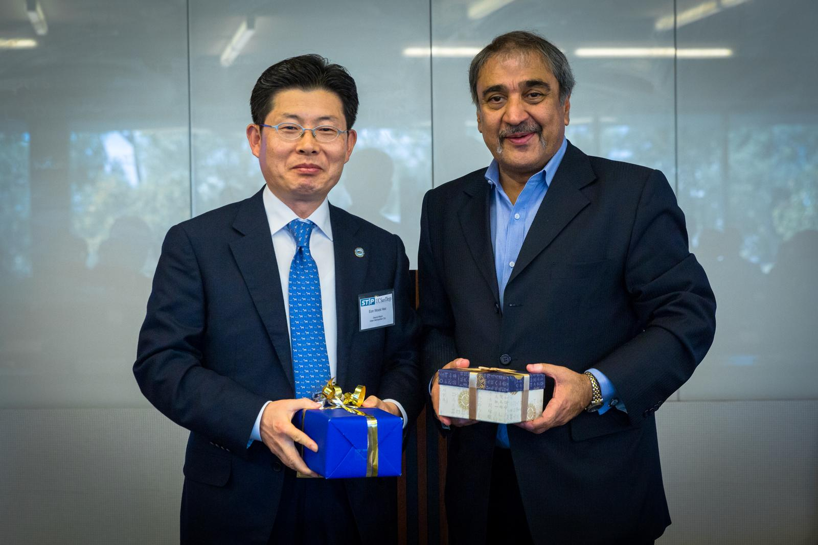 Ulsan Metropolitan City Deputy Mayor Eon Wook Heo and UC San Diego Chancellor Pradeep Khosla exchange gifts at the STIP launch in San Diego. Photo credit Shanni Jin/ Calit2